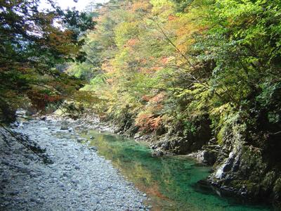 不動滝から流れる別名青川とも呼ばれる付知川