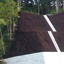 道路法面崩壊を防ぎ緑化する工事
